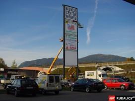 Pylon, Höhe 25 Meter mit digitaler Uhr und Temperaturanzeige